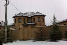 Кирпичный забор и кирпичный дом