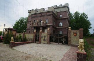 Большой дом , стены из кирпича и природного камня.