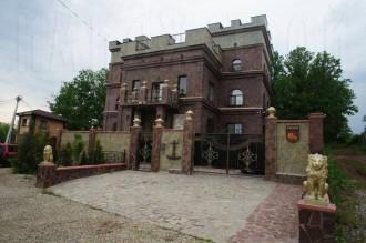 Большой дом в Алкино, стены из кирпича и природного камня.