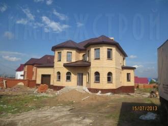 Двухэтажный дом с пристройками