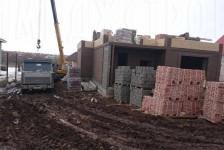 Доставка кирпичей на стройплощадку на грузовике
