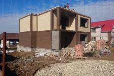 Строительство дома из разноцветного кирпича