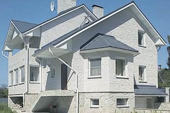 Трехэтажный построенный коттедж