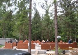 Коттедж в лесу - все в ручную, деревья мешали крану.